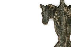 非常在白色背景隔绝的老木马头 用于乡下房子屋顶装饰的装饰 库存照片