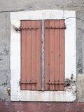 非常在窗口的老红棕色被绘的快门在中世纪普罗旺斯房子里在luberon区域 库存照片
