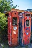 非常在茫茫荒野中一条2条车道路旁边的老加油泵 免版税库存照片