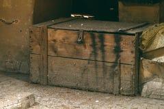 非常在顶楼的老箱子 库存照片