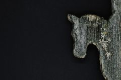 非常在黑背景隔绝的老木马头 用于乡下房子屋顶装饰的装饰 库存照片