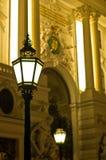 非常在维也纳街道上的装饰和时髦的19世纪灯笼在夜之前 库存图片