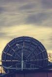 非常大列阵卫星盘在沃罗涅日,俄罗斯 日落天空背景 库存图片