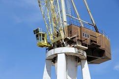 非常大造船厂起重机,转动的基地的细节细节 免版税库存照片