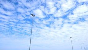 非常好的蓬松云彩填装了蓝天 库存图片