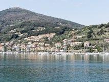 非常好的观点的le grazie从varignano军事基地看见 库存图片