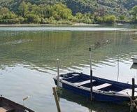 非常小船好的看法沿河magra的 库存图片