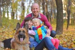 非常愉快的家庭和狗 免版税库存照片
