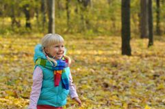 非常愉快的小女孩户外 免版税图库摄影