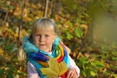 非常愉快的小女孩户外 免版税库存照片