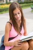 非常户外逗人喜爱的新学员女孩。 免版税库存图片