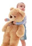 非常拥抱大玩具熊的小男孩 免版税库存图片