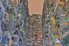 非常拥挤,但是五颜六色的大厦小组在香港 免版税库存图片