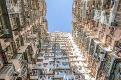 非常拥挤,但是五颜六色的大厦小组,香港 免版税库存图片