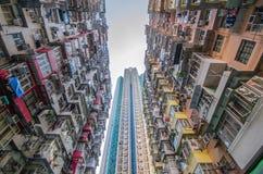 非常拥挤,但是五颜六色的大厦小组,香港 免版税图库摄影