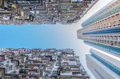 非常拥挤,但是五颜六色的大厦小组,香港 免版税库存照片
