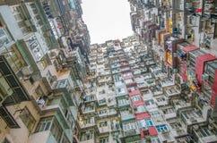 非常拥挤,但是五颜六色的大厦小组,香港 库存图片