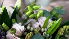 非常接近观点的白色,玫瑰色和紫罗兰上色了花 在他们中玫瑰, eustomas,风信花,牡丹, brunia,毛茛属 股票视频