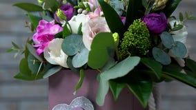 非常接近观点的白色,玫瑰色和紫罗兰上色了花 照相机运动的掀动 在他们中玫瑰, eustomas,风信花 股票录像