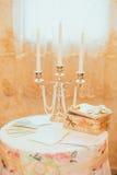 非常时髦的婚礼桌装饰 免版税库存照片