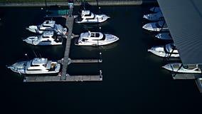 非常普遍的小游艇船坞coomera浇灌在地方客栈和购物中心上的戈尔德比尤特依托 免版税库存图片