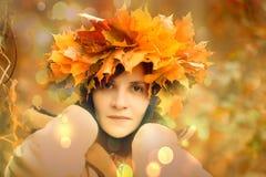 非常有一个花圈的美丽的深色的女孩在头 免版税库存照片