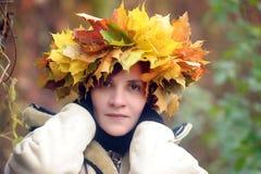 非常有一个花圈的美丽的深色的女孩在头 免版税图库摄影