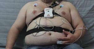 非常有传感器的肥胖人在他的身体 股票视频