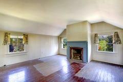 非常有壁炉的老房子卧室 免版税库存图片