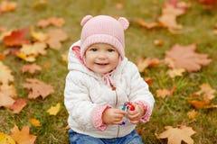 非常有大棕色眼睛和桃红色的迷人的美丽的小女孩 免版税库存图片