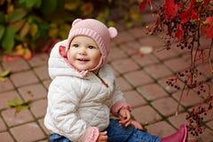 非常有大棕色眼睛坐的迷人的美丽的小女孩, 库存照片