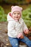 非常有大棕色眼睛的迷人的美丽的小女孩坐和 库存照片