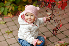 非常有大棕色眼睛的迷人的美丽的小女孩坐和 免版税库存照片