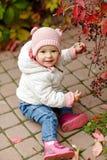 非常有大棕色眼睛的迷人的美丽的小女孩坐和 库存图片
