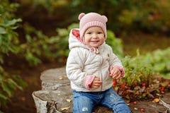 非常有大棕色眼睛的迷人的美丽的小女孩坐和 图库摄影