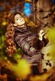 非常有巧妙的棕色头发和大眼睛的美丽和性感的女孩 库存照片