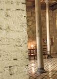 非常有柱子和里面美丽的岩石墙壁和文件地板的老教会 免版税图库摄影