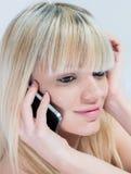 非常有移动电话的可爱的青少年的女孩 免版税库存图片