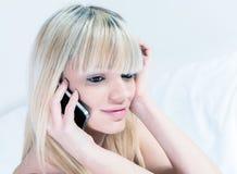 非常有移动电话的可爱的青少年的女孩 免版税库存照片