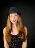 非常有红色佩带细条纹布料的头发和雀斑的逗人喜爱的女孩  免版税图库摄影