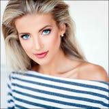 非常有蓝眼睛的美丽,肉欲的性感的白肤金发的女孩在str 免版税库存照片