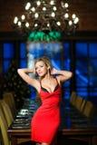 非常有豪华的胸象的美丽和性感的女孩金发碧眼的女人在红色dres 库存图片