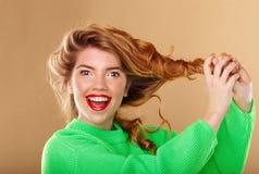 非常有长的蓬松头发的逗人喜爱的女孩 免版税库存照片