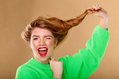 非常有长的蓬松头发的逗人喜爱的女孩 图库摄影