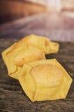 非常木表面、完善的金黄颜色和土气典雅的介绍上的美味的油炸玉米粉饼 免版税库存图片