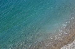 非常清楚蓝色海和海滩 免版税库存图片