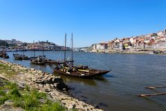 非常游人的有吸引力的地方 酒运输小船在葡萄牙 图库摄影