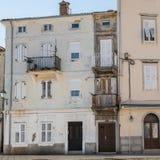 非常狭窄的房子在茨雷斯岛的中心 免版税库存照片