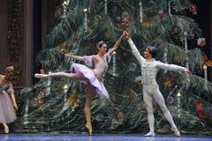 非常王子和克拉拉愉快在圣诞节树场面3-The芭蕾胡桃钳 免版税库存图片