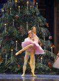 非常王子和克拉拉愉快在圣诞节树场面3-The芭蕾胡桃钳 免版税库存照片